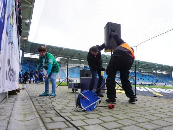Der Spielbeginn gegen Uerdingen verzögerte sich, weil die Lautsprecheranlage ausgetauscht werden musste.