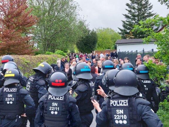 Polizisten setzten Demonstranten auf der Breiten Straße fest.