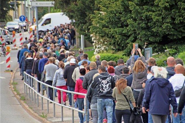 """Der Zug der """"Spaziergänger"""" bewegte sich am Pfingstmontag in Freiberg wieder entlang der Chemnitzer Straße."""