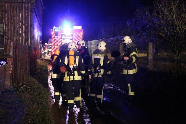 Insgesamt waren 29 Einsatzkräfte der Feuerwehren sowie Einsatzkräfte des Rettungsdienstes und der Polizei vor Ort.