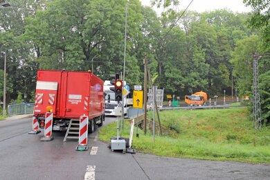 Die Oberschönaer Dorfstraße in Richtung St. Michaelis ist diese Woche wegen Straßenbelagsarbeiten gesperrt. Auf der B 173 wurde wegen Fahrbahnverengung eine Ampelregelung eingerichtet.