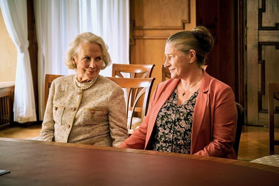 Fabrikantenwitwe Elisabeth Klingler (Anne-Marie Fliegel, l.) und Betreuerin Elena Zelenko (Wieslawa Wesolowska) bei ihrer Trauung.