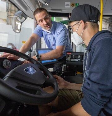 Der 13-jährige Clemens Förster aus Drebach kann sich gut vorstellen, als Busfahrer zu arbeiten. Bei Mario Seerig durfte er sich am Montag bei der RVE hinters Lenkrad des Linienbusses setzen.