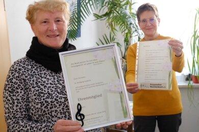 Vereinsvorsitzende Marion Servé (links) und Regina Richter vom Vorstand hatten die Ehrung ihres erkrankten Chorleiters vorbereitet. Den Reichenbacher Chorfrauen ist das ein Herzensbedürfnis.
