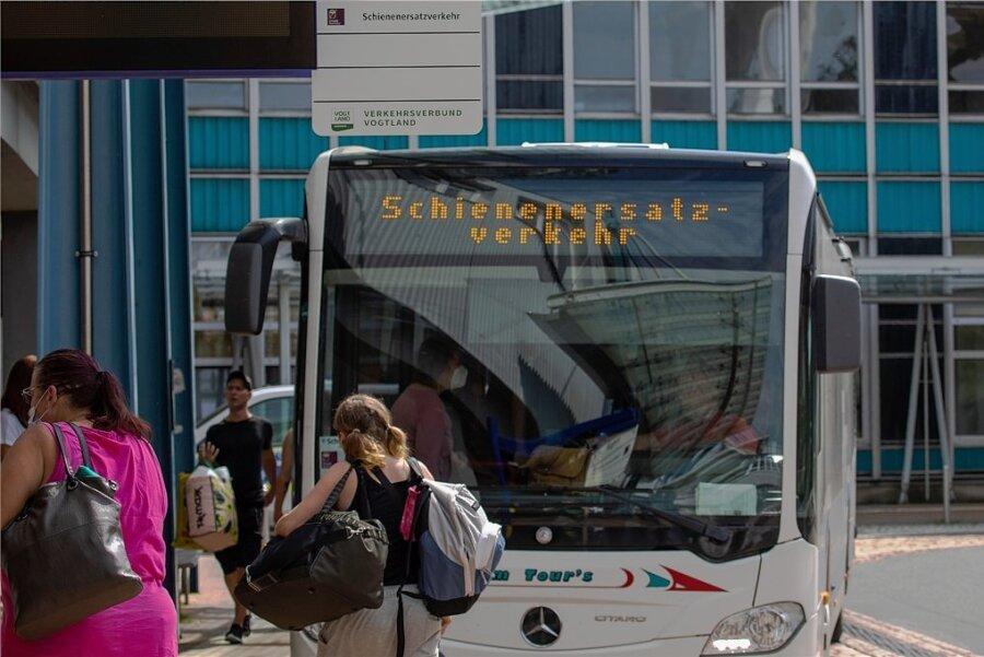 Plauen, Oberer Bahnhof: Die Bus-Bahn-Schnittstelle ist jetzt Drehscheibe im Schienenersatzverkehr. Sowohl die Regionalexpress-Passagiere der MRB, als auch die Fahrgäste der Vogtlandbahn müssen dort umsteigen.
