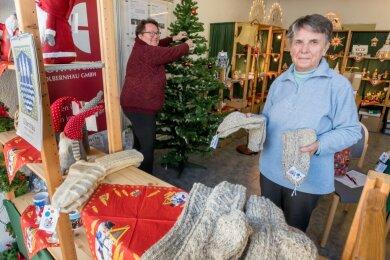 Monika Reichel und Marlies Mehlhorn (v.r.) haben mit weiteren Helfern ein leer stehendes Geschäft in das Olbernhauer Adventsstübel verwandelt.