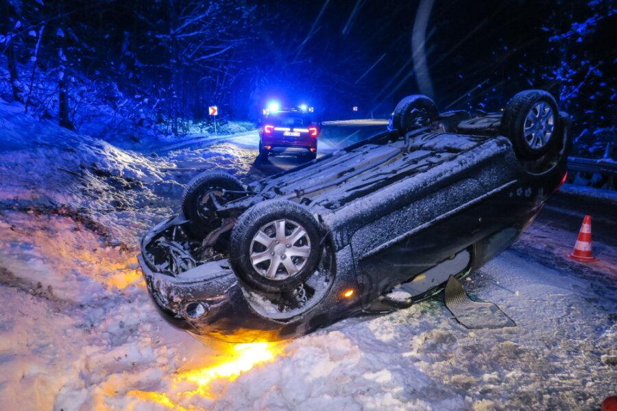 In Breitenbrunn im Erzgebirge ist eine Frauum 6.45 Uhr auf der S272 (Talstraße) mit von der Fahrbahn abgekommen und hat sich mit ihrem Peugeot überschlagen.