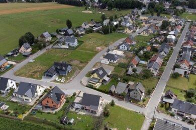 An Wohngebieten wie in Crottendorf - welches bereits seit 2013 existiert - kritisieren die Grünen die Flächenversiegelung. Auch die Ortskerne würden leiden.