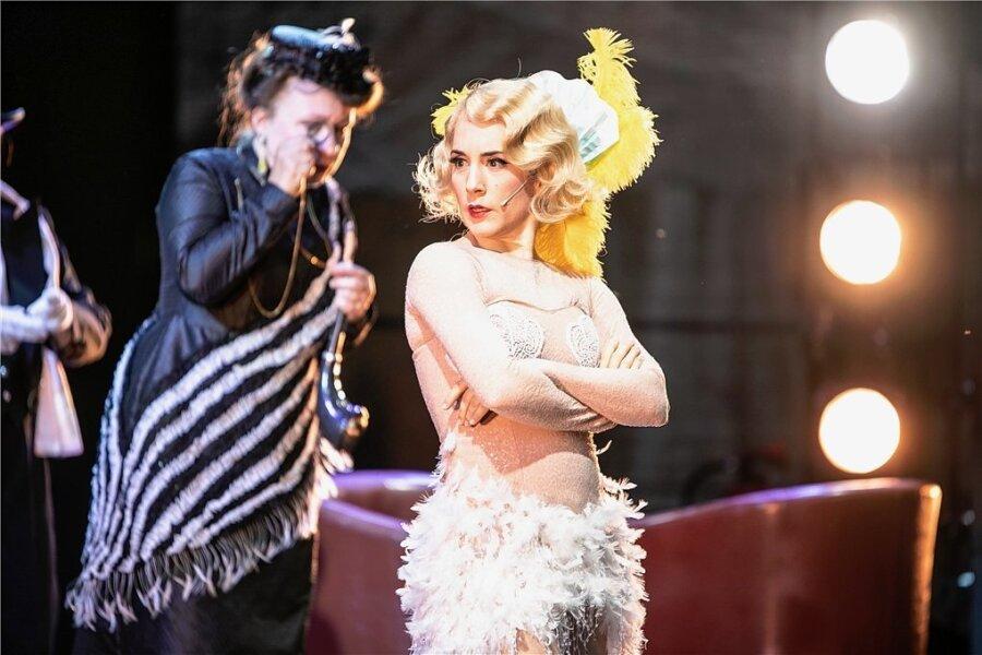 Miriam Zubieta als Cecily Cardew (Vordergrund), Iris Eberle, Sängerin des Opernchors (Hintergrund).