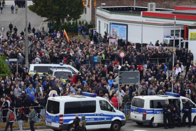 Protestierende sammeln sich vor dem Stadion.