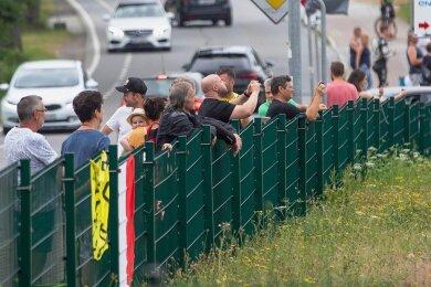 An der Goldbachstraße in Oberlungwitz blieben immer wieder Zaungäste stehen, um die Fahrer für einige Sekunden zu sehen.