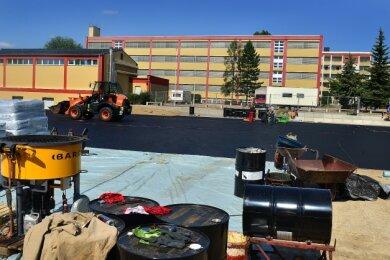 Der Sportplatz der Bernhard-Schmidt-Grundschule in Mittweida wird derzeit umgebaut und bekommt eine Spiel- und Lauffläche mit Tartanbelag.