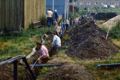 """Das waren noch Zeiten: Beim Bau des Kabelnetzes der Antennengemeinschaft """"Ottens Knochen"""" Eppendorf packten wohl fast alle mit an."""