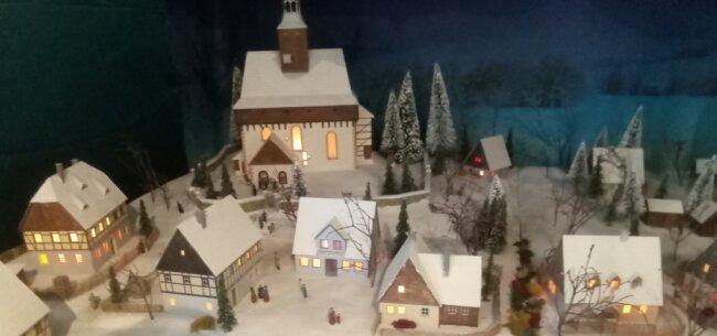 In eine Winterlandschaft hat sich ein fiktives Dorf verwandelt, das im ersten Stock ausgestellt wird.