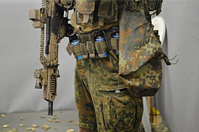 Ein Soldat trainiert mit einem G36-Gewehr auf dem Kasernengelände des KSK.