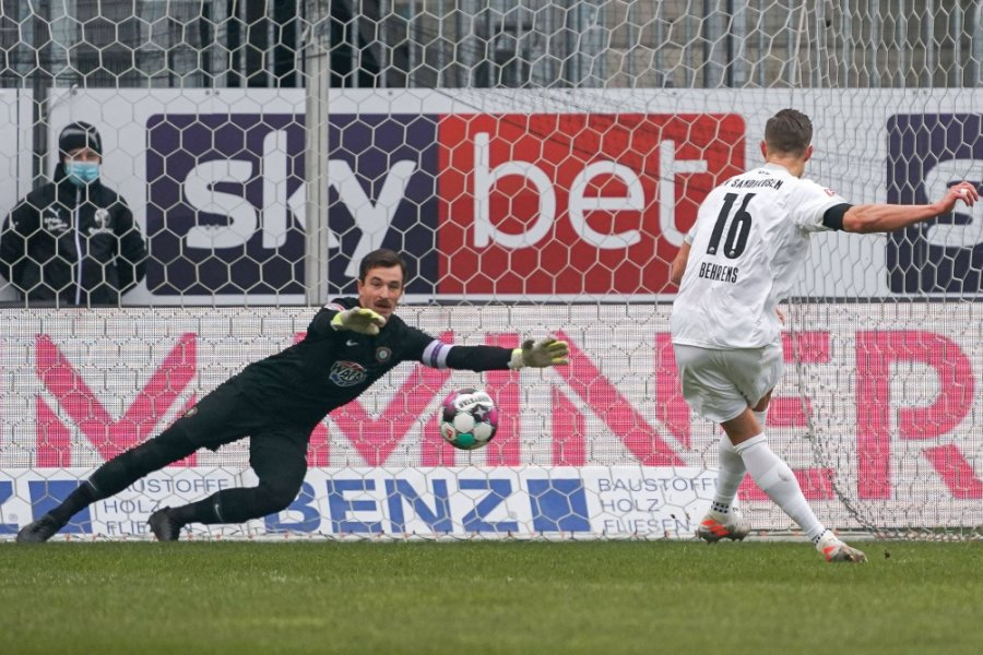 Martin Männel pariert einen Elfmeter - hier beim Ligaspiel in der vergangenen Saison in Sandhausen.