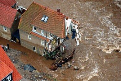 In Weesenstein bei Pirna wurde dieses Haus durch die gewaltige Zerstörungskraft der Flut der Elbe zum Teil weggerissen.