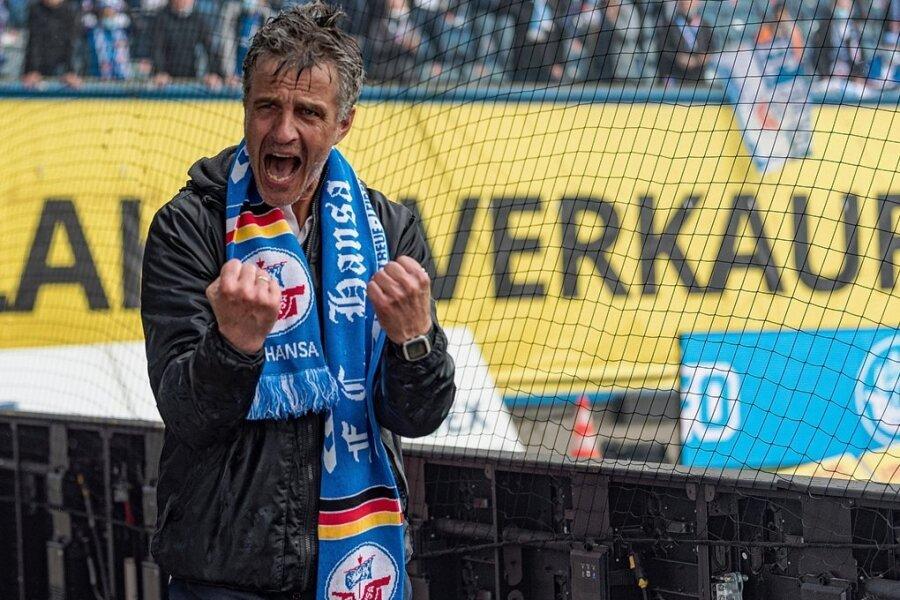 Gefühlsausbruch nach Bierdusche: Hansa-Trainer Jens Härtel.