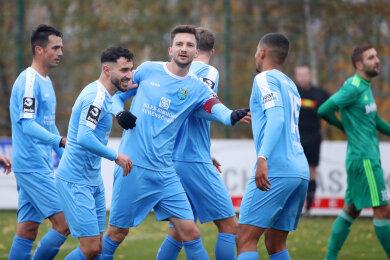 Matti Langer jubelt mit seiner Mannschaft nach dem 1:0 für Chemnitz.