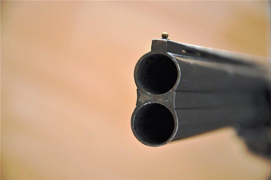 Der Lauf einer Schrotflinte. Und die Statistik dahinter: Ende 2020 waren bundesweit mehr als 5,3 Millionen legale Schusswaffen registriert. Die Anzahl derer, die einen kleinen Waffenschein besitzen, ist stark gestiegen, von rund 665.000 im vergangenen Jahr auf 710.000 im Februar 2021.