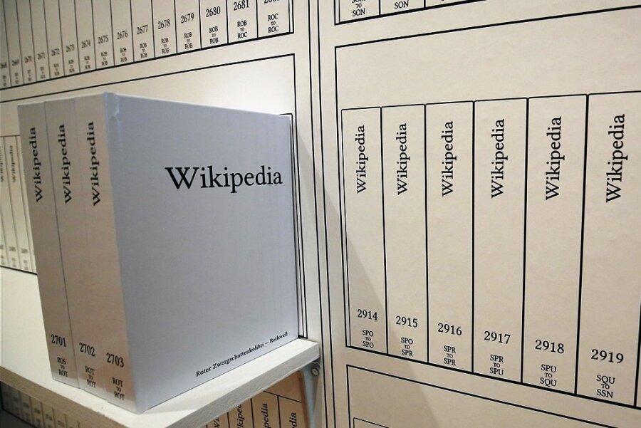 """Eine hintersinnige Installation des Nachschlagewerks """"Wikipedia"""" des New Yorker Künstlers Michael Mandiberg von 2016."""