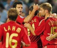 Miroslav Klose (m.) erzielte das vorentscheidende 2:0 für die DFB-Elf