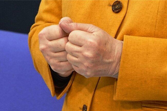 Bundeskanzlerin Angela Merkel (CDU) ballt die Fäuste, während sie an diesem Mittwoch zu den Abgeordneten des Bundestags bei der Regierungsbefragung spricht. Ein Hauptthema sind die Oster- und Lockdown-Beschlüsse der Bund-Länder-Konferenz zur Coronapandemie.