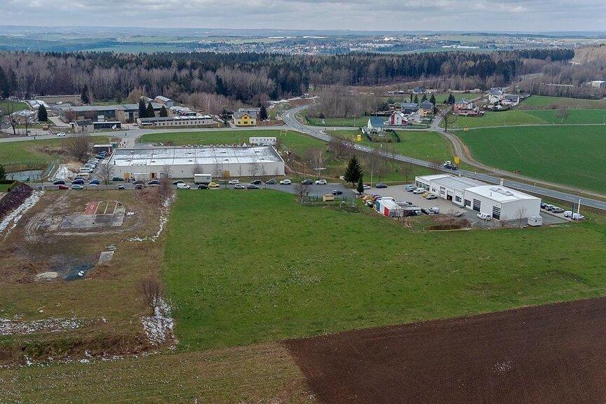 Das Kompetenzzentrum für Brand - und Katastrophenschutz soll direkt an der Umgehungsstraße S 299 nähe zur Autobahn entstehen - hinter dem Impfzentrum des DRK (Mitte) und dem Gelände des Autohauses (rechts).