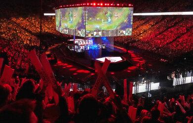 """Auf riesigen Monitoren verfolgen Zuschauer den Spielverlauf bei der E-Sport-Weltmeisterschaft zum Computerspiel """"League of Legends"""". In dem Spiel wollen nun auch Mittweidaer Hochschulstudenten mitmischen."""