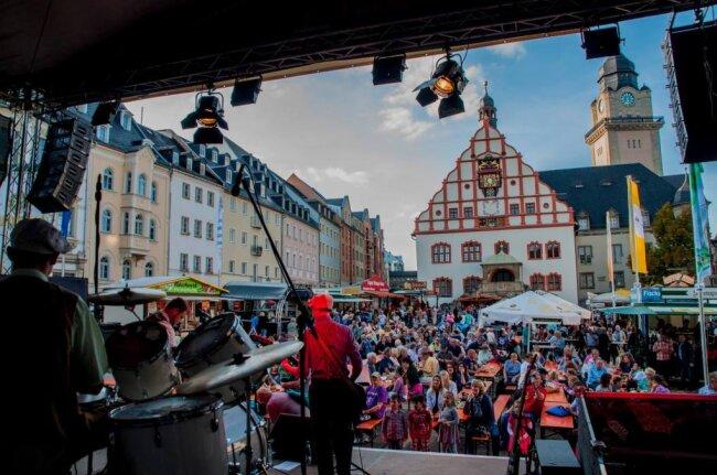 """In diesem Jahr fällt das Stadtfest """"Plauener Frühling"""" aus - Grund ist die Coronakrise. In der Vergangenheit hatte es stets Tausende Besucher auf den Altmarkt gelockt."""