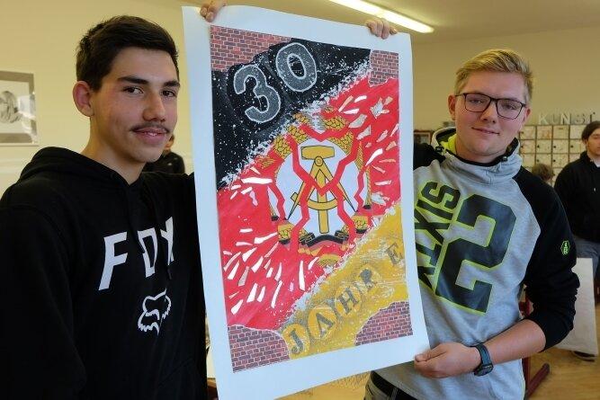 Diese Collage von Vincent Blei (links) und Niklas Hess ist mit Malerei, Papier und Spiegelsplittern gestaltet.