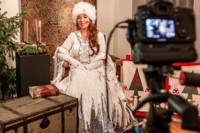 Seit 2014 schlüpft Jana Reiche zum Stadtadvent in Burgstädt in das Kostüm einer Eiskönigin. Wegen Corona gibt es keinen traditionellen Weihnachtsmarkt und lebendigen Adventskalender. Dafür lesen vom 1. bis 24. Dezember die Eiskönigin und andere Akteure Märchen vor. Zu sehen sein soll das als Video im Internet.