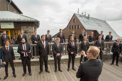 Dutzende Besucher haben dem Männerensemble Sonat Vox zum Auftakt des Musikfests Erzgebirge zunächst auf der Terrasse des Fichtelberghauses gelauscht.