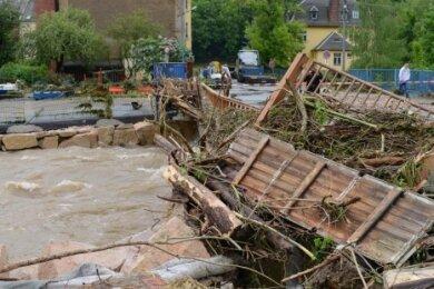 ... Just an dieser Stelle, an der alten oberen Brücke am Karl-Marx-Ring, hatte sich beim Hochwasser 2013 Treibgut zur einer Wand aufgetürmt. Die Brücke wurde auf Drängen von Anwohnern 2014 abgerissen.