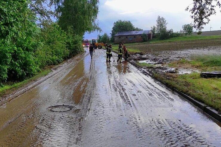 Die Obere Dorfstraße im Mittweidaer Ortsteil Frankenau war auf rund 500 Metern überflutet und stark verschmutzt.