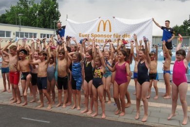 Jubel bei den Mitgliedern des Schwimmclubs Chemnitz. Sie haben bei einem Wettbewerb von McDonald's einen Sponsoringvertrag über die nächsten 50 Jahre gewonnen.