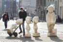 Vater und Sohn als Holzplastiken - die beiden Sympathieträger werden demnächst zwischen Bahnhofstraße und e.o.plauen-Galerie aufgestellt. Moritz Bochmann half am Donnerstag beim Verladen der Figuren.