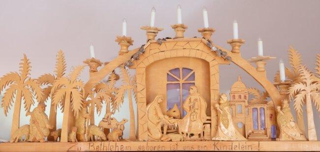 """Dieser aufwändig gestaltete 3-D-Schwibbogen von Kurt Weber zeigt das Motiv """"Christi Geburt""""."""