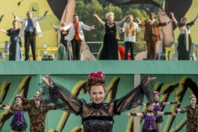 """Tonie Haugland singt neben Leonora Weiß-del Rio in der """"Csárdásfürstin"""" die Titelpartie der Sylva Varescu."""