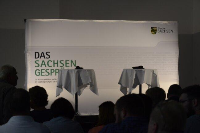 Hier warten Teilnehmer des Bürgerdialogs auf Sachsens Ministerpräsidenten Michael Kretschmer.