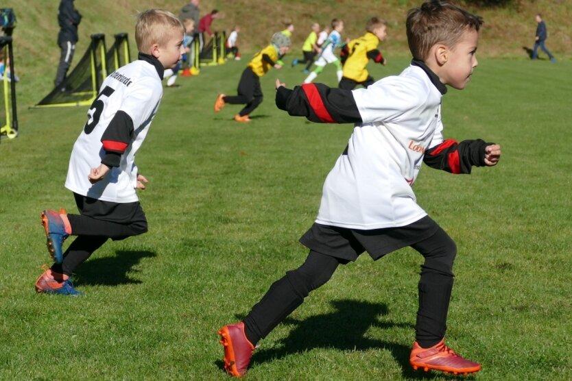 Jede Spielrunde beginnt beim Funino damit, dass die Kinder von der Grundlinie zum Ball sprinten.