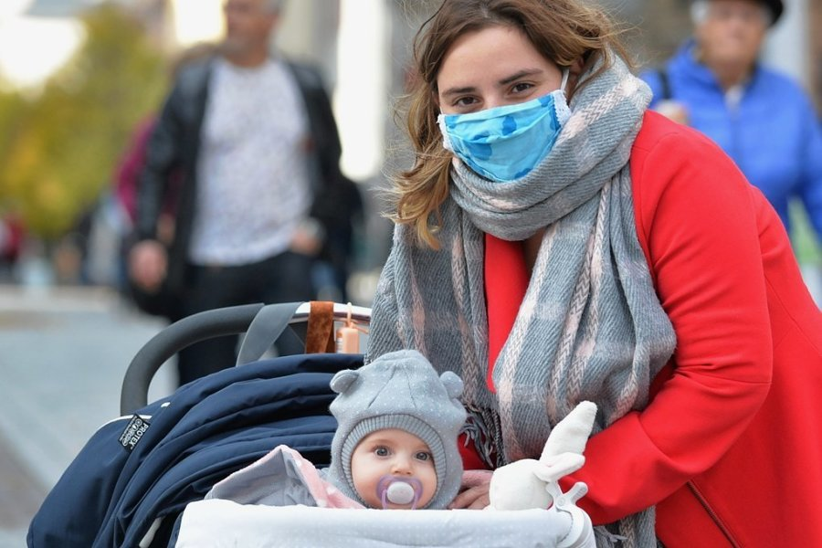 Seit Montag gilt auch in den Freiberger Fußgängerzonen Maskenpflicht. Stefanie Haupt und ihre fünf Monate alte Tochter Evelyn nutzten den spätsommerlichen Herbsttag für einen Bummel durch die Altstadt.