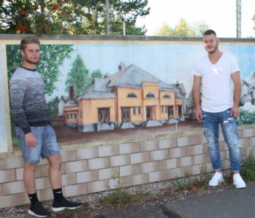 Tim Heydel und Steve Langheinrich am Wandbild an der Mauer des ehemaligen Schiedelbades. Die Motive waren bei einer Beratung im Jugendklub entstanden.