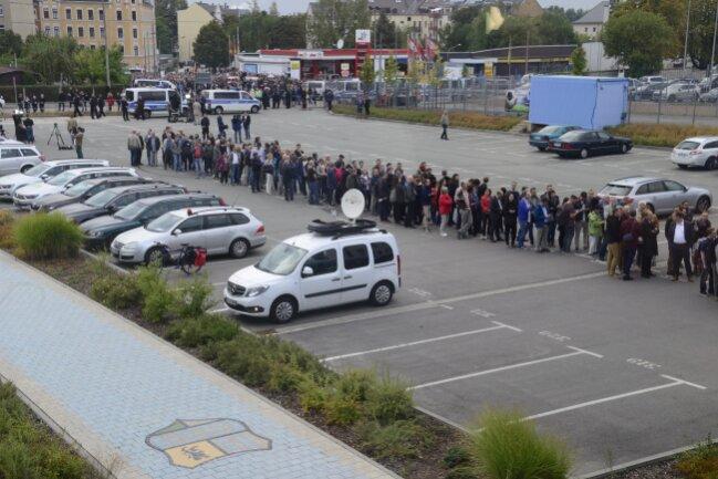 Besucher drängen ins Stadion zum Sachsengespräch.