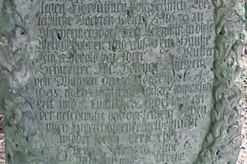 Der historische Grabstein in Thum zwischen Wettinplatz und Sendeturm ist 325 Jahre alt.