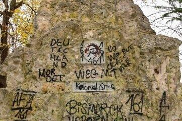 Die Schmierereien an der Grotte im Bismarckhain sollen beseitigt werden.