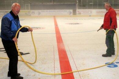 Beim Herbstputz war die Welt noch in Ordnung. Winfried Lang und Eismeister Klaus Thamm (rechts) spritzten das Eis auf.