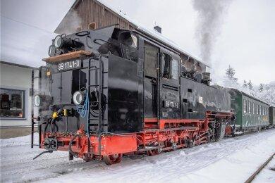 Sie ist eine der letzten, die Ende der 1920er-Jahre die einstigen Richard-Hartmann-Werke in Chemnitz verlassen haben und heute eine der ältesten im Fuhrpark der Fichtelbergbahn: die Dampflok mit der Nummer 991741-0. Nach langer Zwangspause startete sie am Mittwoch wieder zur ersten Probefahrt.