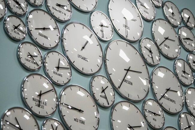Uhren hängen in den Ausstellungen des Humboldt-Forums im wiederaufgebauten Berliner Schloss.