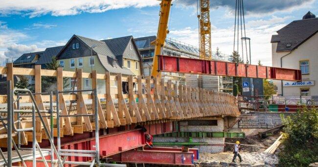Ende September 2020 wurde das Traggerüst für die neue Kirchenbrücke montiert. Danach konnte der Brückenkörper betoniert werden. Beide Uferseitenwaren damit wieder verbunden. Der knifflige Spezialtiefbau im Fluss war zu diesem Zeitpunkt längst abgeschlossen.